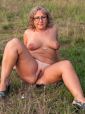 free hd mature wife outdoors porn pic