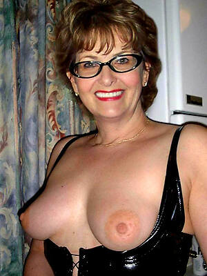 unskilful mature with glasses posing nude