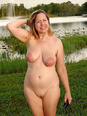 nude mature wemon posing