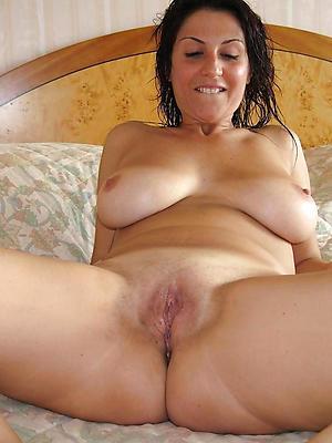 natural busty mature posing nude
