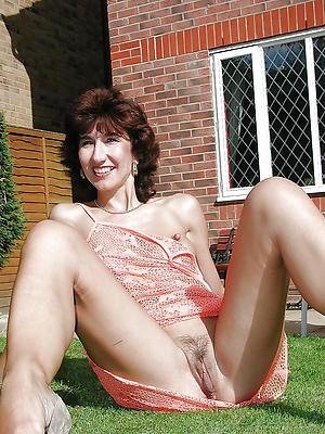 matured brunette pussy pics posing nude