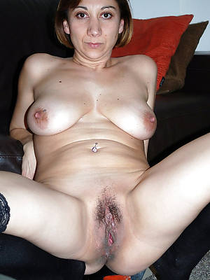 beautiful mature girlfriends shows pussy
