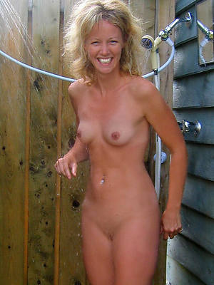 sexy adult women in make an issue of shower shows pussy