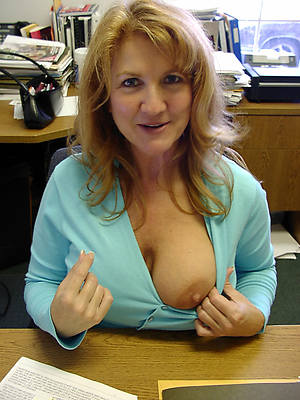 nude mature girlfriend shows pussy
