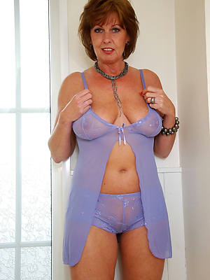 hot mature lady in unmentionables displaying her pussy