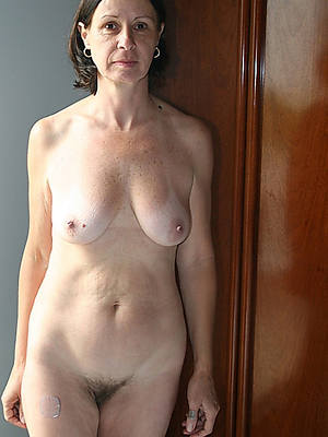adult women amateurs displaying the brush pussy