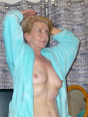 spectacular hot mature grandma displaying the brush pussy