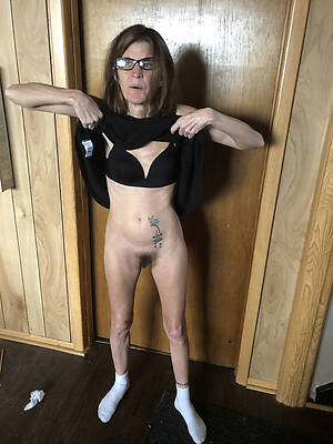 skinny of age moms displaying her pussy