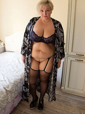 chubby full-grown girls displaying her pussy